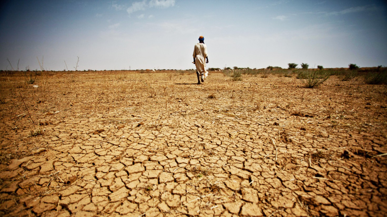 Arid soils in Mauritania, 2013. Longer, hotter, more regular heat waves could have a damaging effect on life expectancy and crop production in Africa.  Photo credit: oxfam/flickr/creative commons