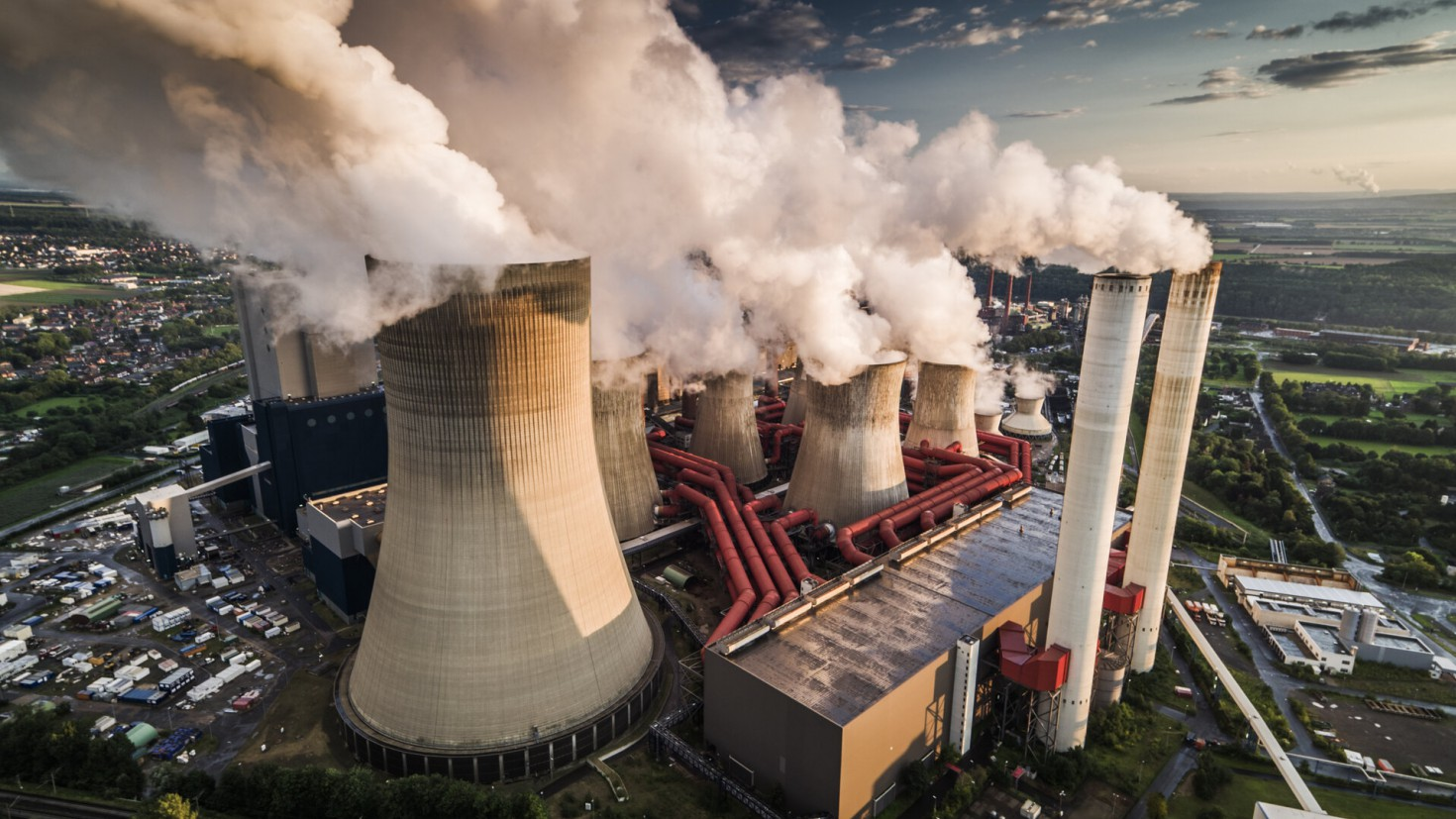 The restrictions introduced to stop the Coronavirus pandemic have in many places led to a decrease in electricity consumption. Many countries use coal-fired power plants, such as this one in germany, to produce electricity, which cause high co2 emissions. Photo by SCHROPTSCHOP / GETTY IMAGES.
